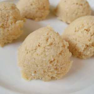 Raw coconut macaroons (square)